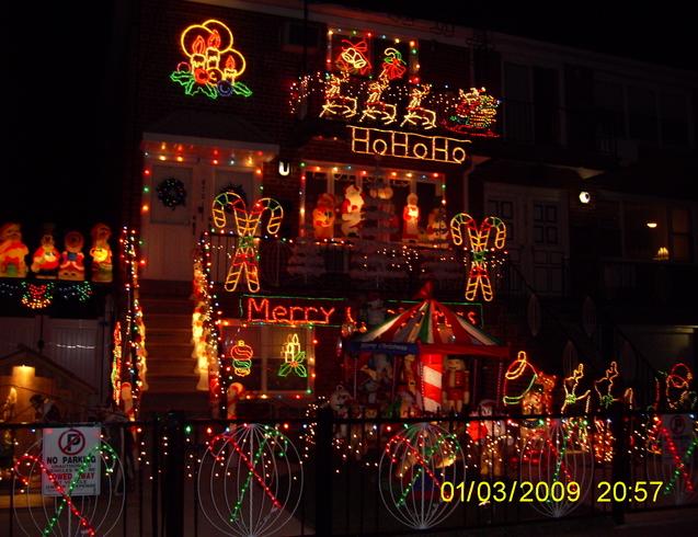 США | Частный дом в Вруклине украшен к Рождеству.