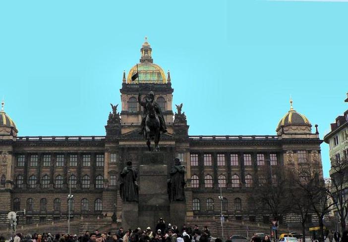 Чехия | Национальный музей Праги и начало главной площади -Вацлавской