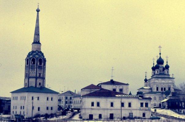 Россия | Пермский край, г. Соликамск.<br>Центральная часть города. Слева соборная колокольня (1709). Справа Троицкий собор (1684—1697).