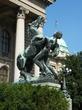 | Скульптура у входа в здание Скупщины в Белграде