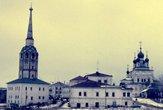 | Пермский край, г. Соликамск. Центральная часть города. Слева соборная колокольня (1709). Справа Троицкий собор (1684—1697).